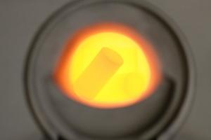 Zdjęcie wkładania belki implantologicznej do pieca