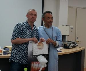 Piotr Chmielarz odbiera certyfikat od Kazunobu Yamada